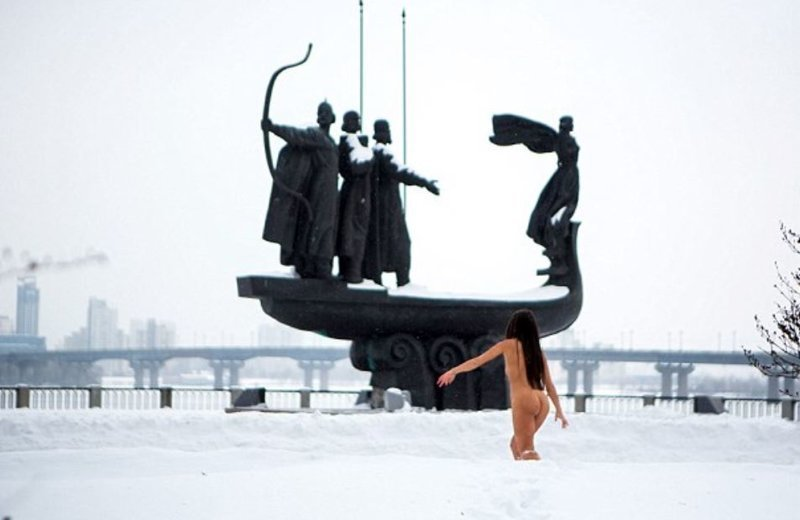 Каждые выходные голая украинка устраивает пробежку и купается в Днепре