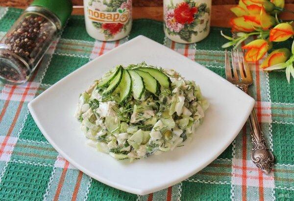 Свежий и сытный салат с вареной курицей, огурчиком и горошком
