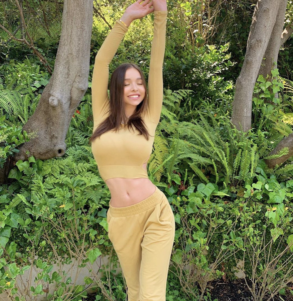 Молодая модель соперничает c Эмили Ратаковски: выкладывает снимки в купальниках и делает вид, что стесняется Культура