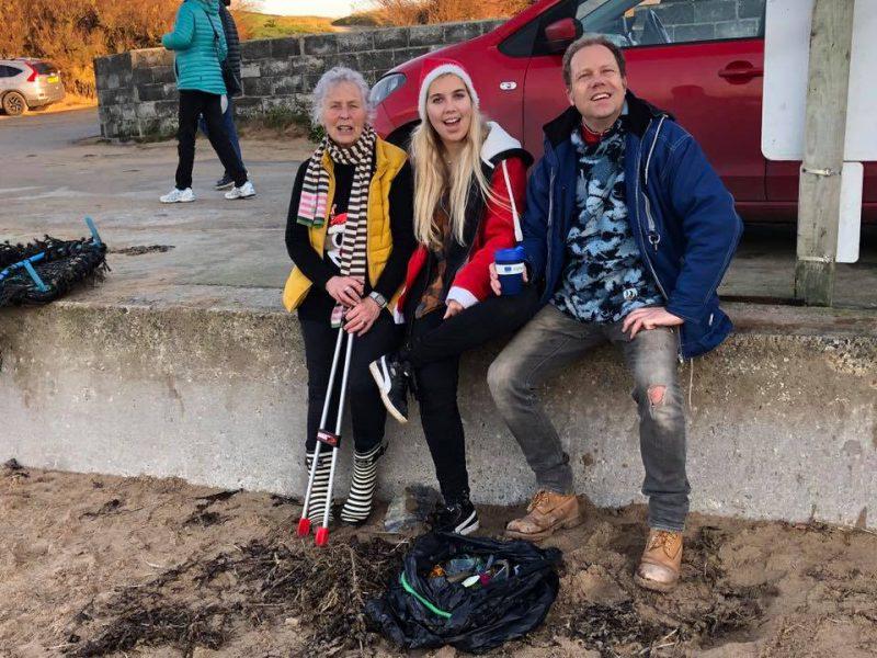 70-летняя британка спасает побережье от пластикового мусора