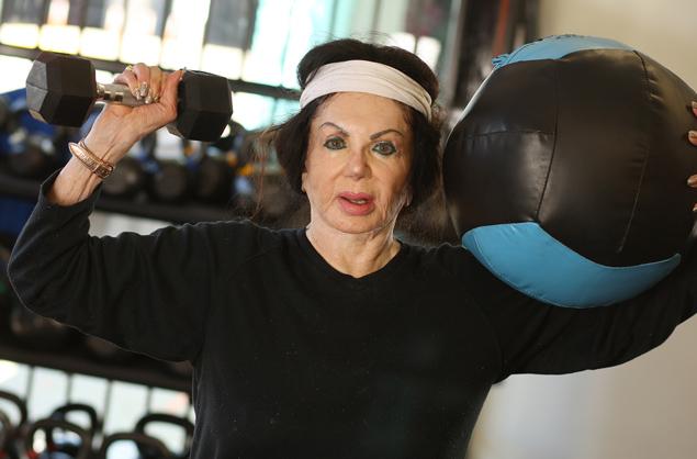 92-летняя мама Сильвестра Сталлоне поднимает штангу