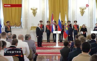 Путин передал Звезду Героя России родственникам летчика Филипова