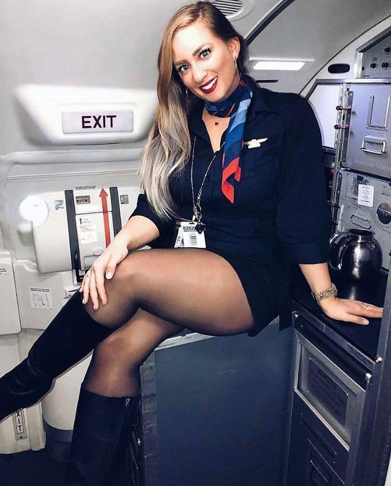 стюардессы показывают ножки пожалуйста