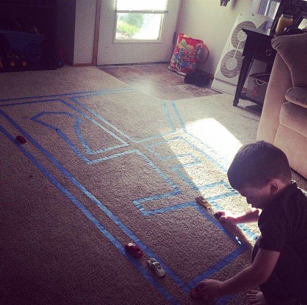 20. «С помощью липкой ленты сделайте на ковре дорогу для игрушечных машинок» Хитрость, дети, идея, полезно, родители, совет, фантазия