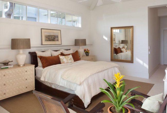 Узкие окна могут стать отличным решением для тех, кто придерживается системы фен-шуй, но хочет разместить кровать изголовьем к окну