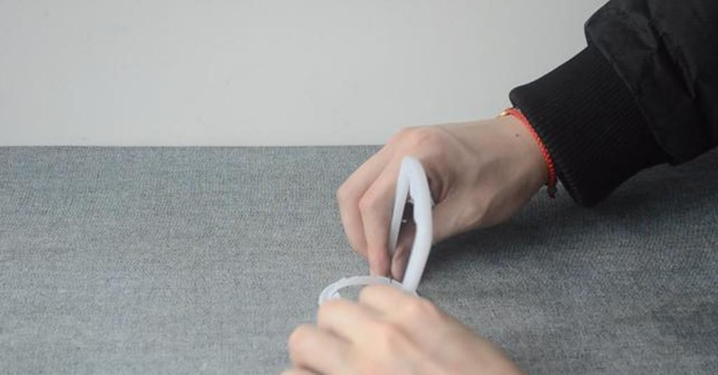 Муж не выбрасывает ручки от пластиковых бутылок, а вешает их по дому их везде, где только можно полезные приспособления,ремонт и строительство