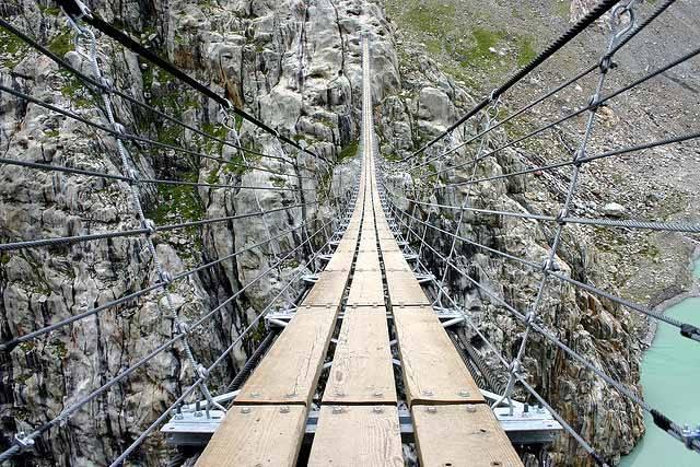 Держитесь крепче за поручни. Соединяя не соединяемое. Самые опасные и страшные мосты в мире