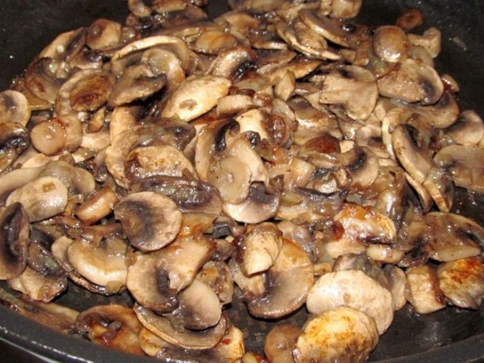 Жарьте шампиньоны на сковороде с добавлением сливочного масла.