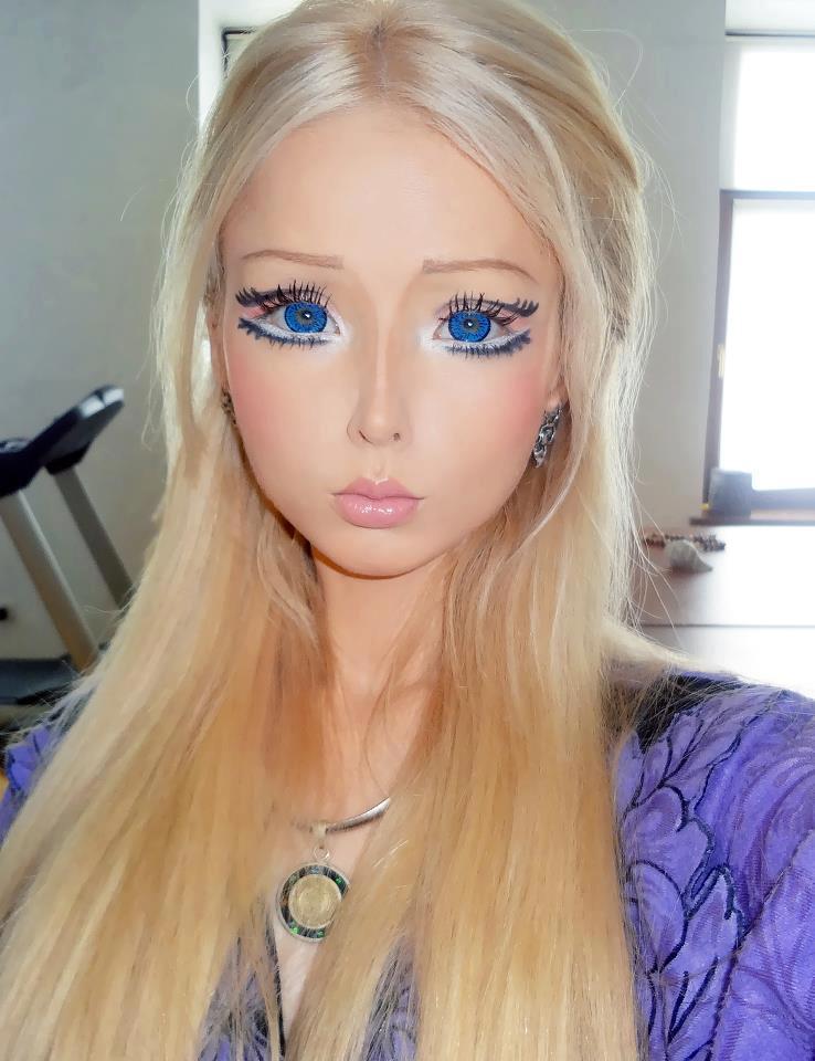 Кукла Барби показала себя без макияжа