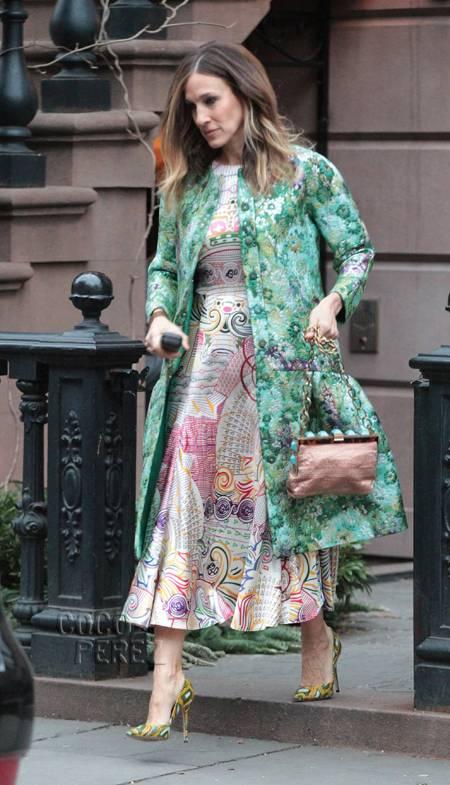 Сара Джессика Паркер в одежде с яркими принтами