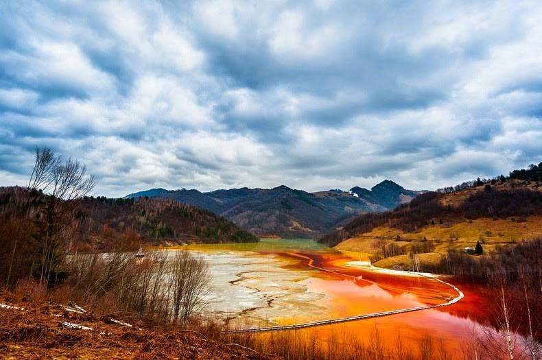 Красное озеро - удивительно красивые последствия экологической катастрофы