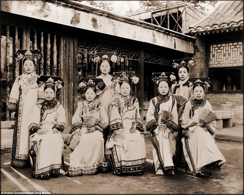 Женщины с выбеленными лицами в императорских нарядах династии Цин Цин, китай, фотография, эпоха
