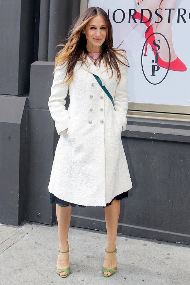 Сара Джессика Паркер в белом пальто и босоножках