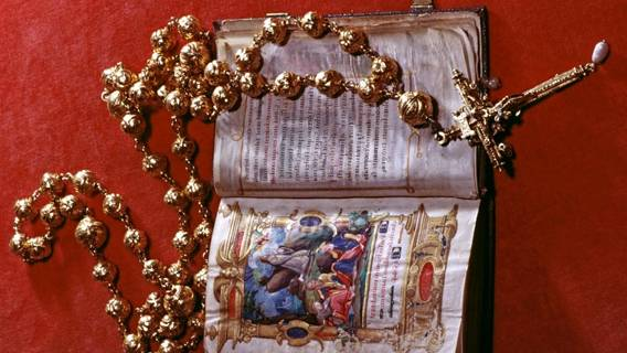 Из замка Арундел в Англии похитили золотые четки Марии Стюарт