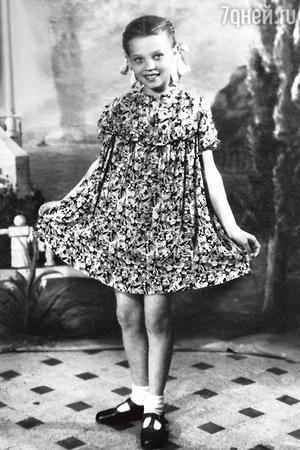 «Мама мечтала, чтобы я поступила в артистки, когда я была еще совсем маленькой».1948 г.