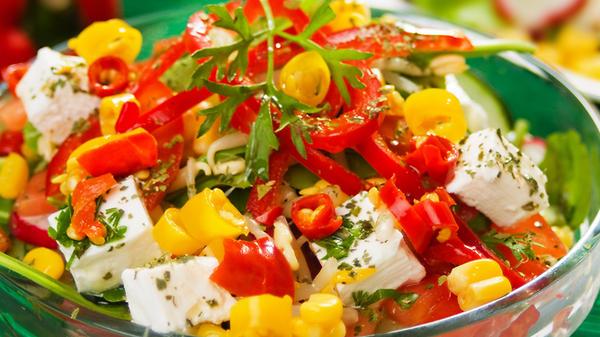 Легкий салат из огурцов, пом…