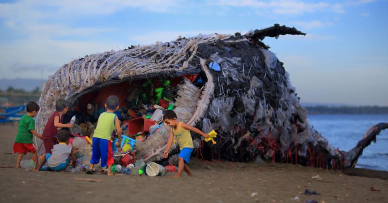 """""""Мертвый кит"""" на Филиппинах как символ ужасающего загрязнения Мирового океана"""