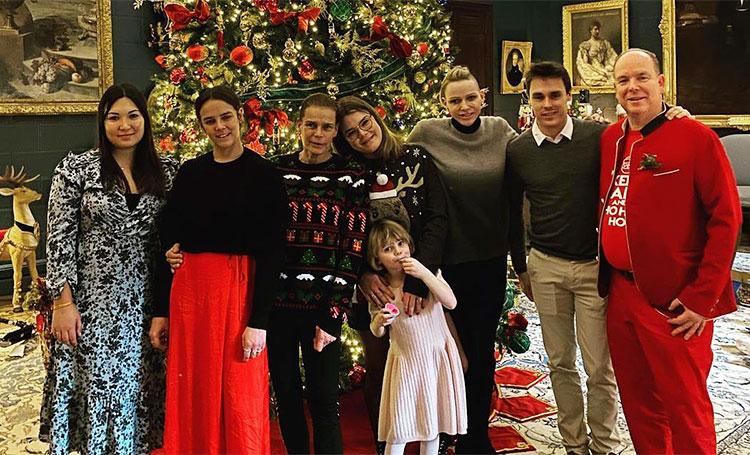 Князь Альбер в костюме Санты и елка мечты: княгиня Шарлен показала, как ее семья встретила Рождество Монархи,Новости монархов