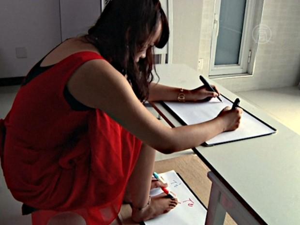 Девушки умело работают ручками