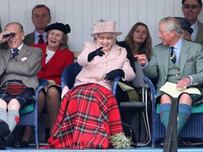 Обычная жизнь королей: 17 фото Елизаветы II, на которых она делает самые обычные вещи жизнь,интересное,королевская семья
