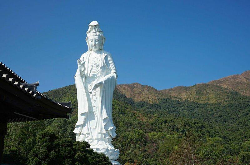 Статуя Гуаньинь высотой 76 м в монастыре Тз-Шань в Гонконге. Богиня милосердия, выполненная из стали и кованой белой бронзы, держит в руках жемчужину в мире, высота, красота, люди, памятник, подборка, статуя, факты