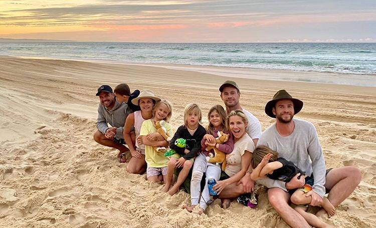"""""""Серфинг"""" на песке и дом на колесах: Крис и Лиам Хемсворты провели выходные в путешествии по родной Австралии"""