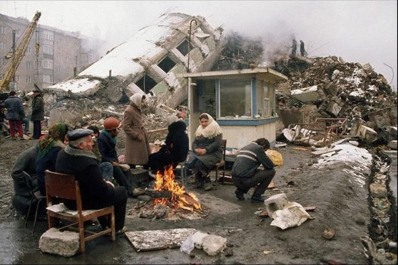 Выжившие после землетрясения в Спитаке, Армения, 1988 год. история, события, фото