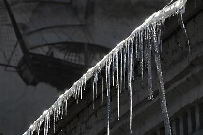 Россиянин погиб из-за обрушения льда с крыши