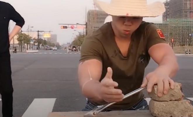 Мастер «железной руки» из Китая показал свою силу: разбивает камни руками и гнет гаечные ключи Культура